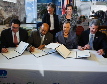 Philadelphia Water Department Commissioner Howard Neukrug, Philadelphia Mayor Michael Nutter, EPA Administrator Lisa Jackson, Region 3 EPA Regional Administrator Shawn Garvin, U.S. Rep. Allyson Y. Schwartz, and Deputy Mayor Rina Cutler at the signing of the partnership agreement; photo courtesy of the Philadelphia Water Department.
